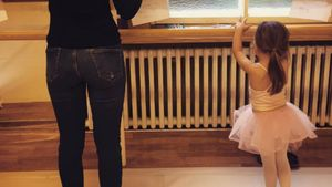 Amelia Stark (r.) bei ihrer ersten Balletstunde