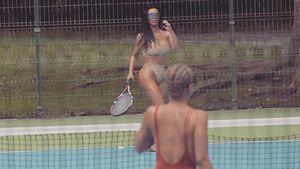 Kim Kardashian spielt Bikini-Tennis