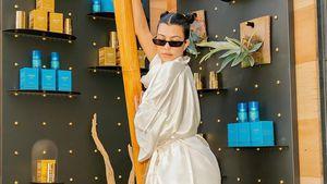 Kourtney Kardashian relaxt mit Travis' Töchtern am Pool
