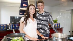 Romantischer Roadtrip: Thomas Müller & Lisa in bester Laune