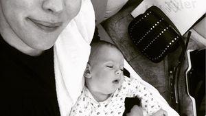 Liv Tyler mit ihrer Tochter Lula im Flugzeug