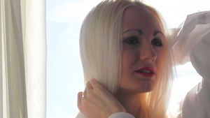 Lorena Wiedemann posiert am Fenster