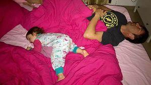 Lucas Cordalis mit Töchterchen Sophia im Bett