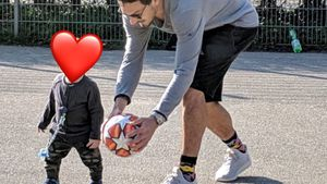 So süß: Ludwig Hummels' erste Kick-Versuche mit Papa Mats!