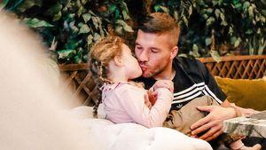 Wie David Beckham: Poldi küsst seine Tochter auf den Mund