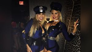Maria Hering und Sophia Wollersheim als sexy Polizistinnen an Halloween