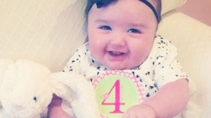 4 Monate: JWowws kleine Tochter kichert für Mami