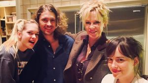 Seltener Anblick: Melanie Griffith posiert mit ihren 3 Kids