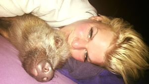 Melanie Müller und Schweinchen Uwe unter der Bettdecke