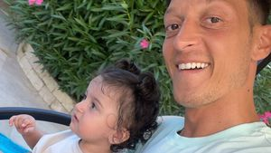 Aus dem Urlaub: Mesut Özil teilt süße Aufnahme mit Tochter