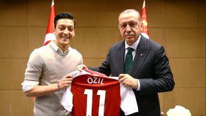 Kurz vor WM: DFB-Kicker Özil & Gündogan posieren mit Erdogan