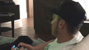 Huch! Mesut Özil grätscht sich an der Playstation selbst um