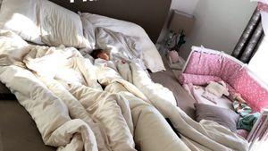 Finde das Baby: Sarah Nowaks Mia Rose kuschelt im Ehebett