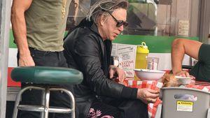 Mickey Rourke füttert sein Hündchen im Kinder-Hochstuhl!