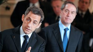 Frech! Sarkozy-Sohn bewirft Polizistin mit Tomate!