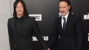 """Norman Reedus und Andrew Lincoln halten Händchen bei der """"The Walking Dead""""-Premiere"""