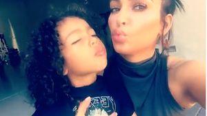 North West mit ihrer Mutter Kim Kardashian