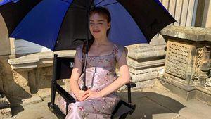 """Phoebe Dynevor: Lustiges Throwback-Pic vom """"Bridgerton""""-Set!"""
