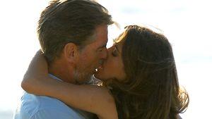 Nanu! Heiße Küsse bei Salma Hayek & Pierce Brosnan