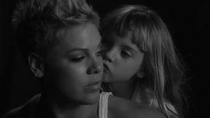 Emotional: Töchterchen Willow bezaubert in Pinks Musikvideo!