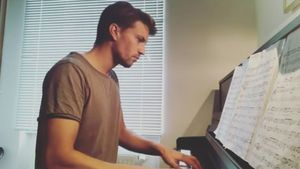 Schauspieler Raúl Richter am Piano