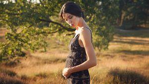 """Model Rebecca Mir mit """"Babykugel"""""""