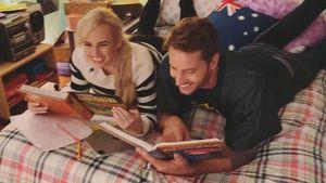 Auf Bett mit Justin Hartley: Rebel Wilson teilt Setfotos
