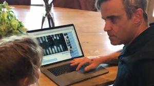 Duett mit Papa: Robbie Williams' Tochter Teddy spielt Piano