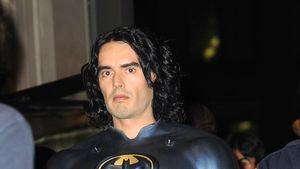 Aha! Russell Brand steckt unter der Batman-Maske