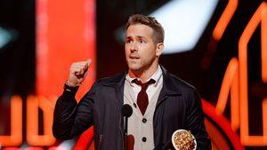 Ryan Reynolds mit Award in der Hand