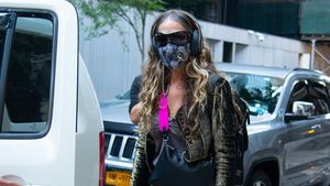 """Stylish mit Maske: Welcher """"Sex and the City""""-Star ist das?"""
