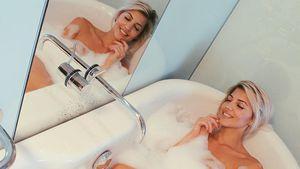 Sarah Nowak in der Badewanne