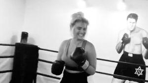 Für ihren Kurven-Body: Sarina Nowak boxt sich in Form!