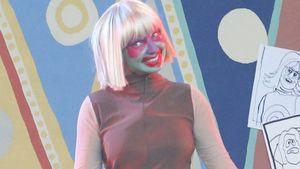 Clowniger Indianer! Sängerin Sia mit crazy Make-up