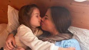 So niedlich kuscheln Sophia Cordalis und ihre Tante Jenny