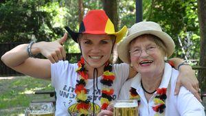 Süß! UU-Maria Kempken & ihre Oma im Fußballfieber