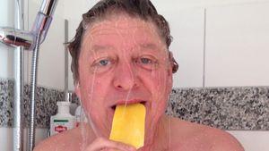 Hitzekoller? Walter Freiwald schlemmt Eis unter der Dusche
