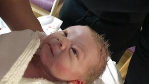 1. Baby-Foto! Hier begrüßt Wayne Rooney seinen 3. Sohn
