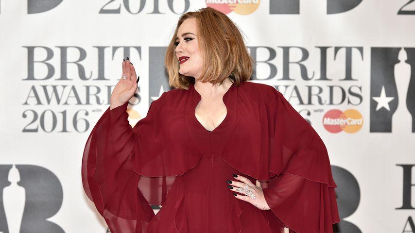 Adele auf dem roten Teppich der Brit Awards 2016