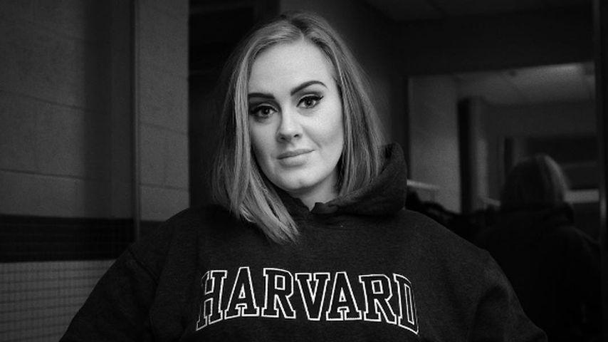 Adele in einem Havard-Sweatshirt