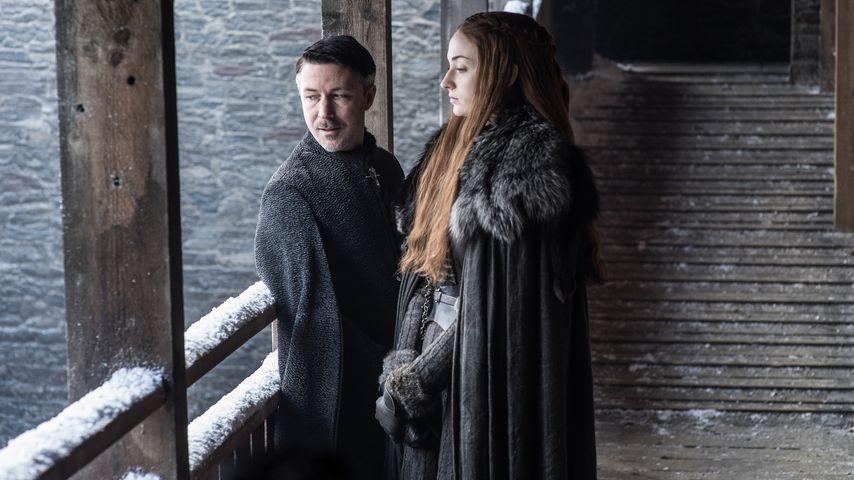"""Aidan Gillen als Petyr """"Kleinfinger"""" Baelish und Sophie Turner als Sansa Stark"""