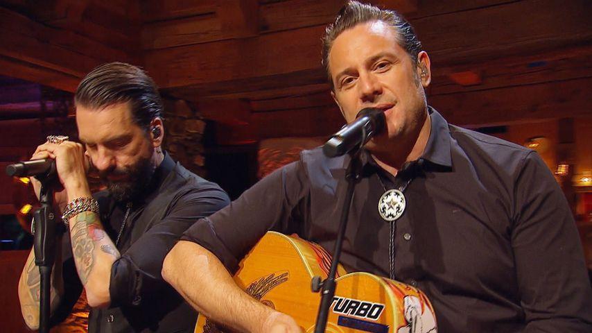"""Alec Völkel (l.) und Sascha Vollmer (r.) bei """"Sing meinen Song – Das Weihnachtskonzert"""""""