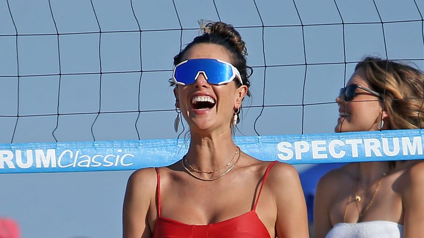 Alessandra Ambrosio am Strand, August 2020