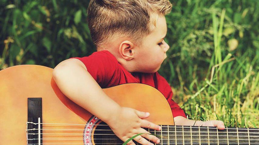 Mit Gitarre: Versucht sich Alessio Lombardi (2) als Musiker?