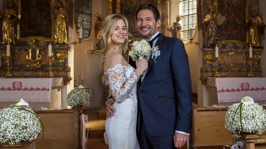 Alicia Lindbergh (Larissa Marolt) und Christoph Saalfeld (Dieter Bach) an ihrem Hochzeitstag