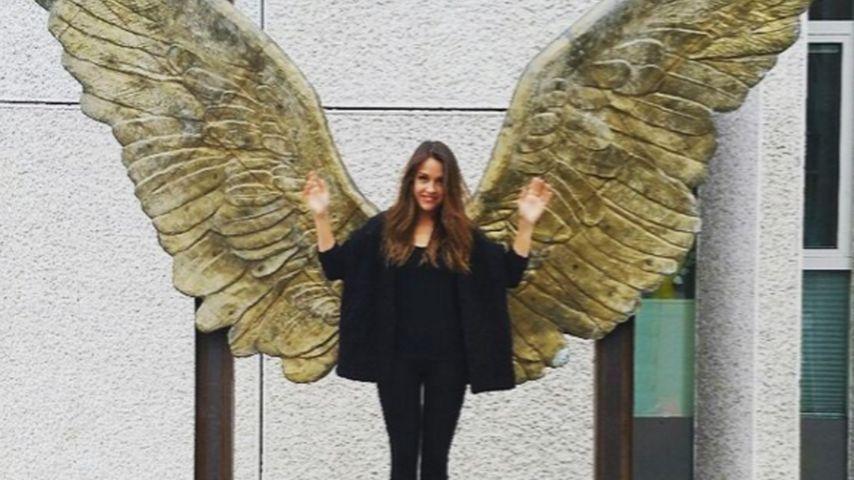 """""""Heute mal ein Engel"""": Alisa posiert mit riesigen Flügeln"""