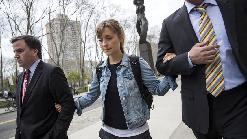 Allison Mack mit ihren Anwälten nach der ersten Anhörung vor Gericht im April 2018