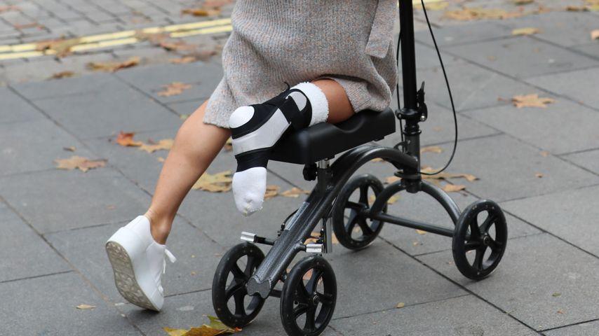 Amanda Holden mit ihrer Gehhilfe, November 2019