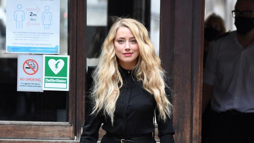 Amber Heard vor einem Gerichtsgebäude