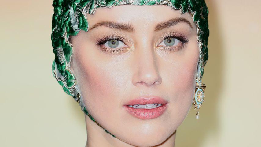 Meerjungfrau? Amber Heard mit Bade-Haube auf Film-Premiere!